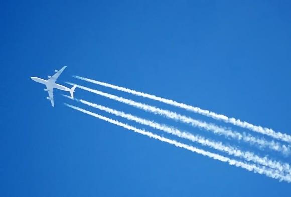 Utsläpp från flygplan på hög höjd leder till mer växthuseffekt än vad endast koldioxidutsläppen gör - förkortat kallas det RFI. Bildkälla: Wikipedia