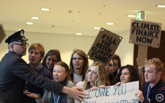 Aktion av ungdomsorganisationer på klimattoppmötet COP19. Källa: Adopt a Negotiator, 2013, Creative Commons.