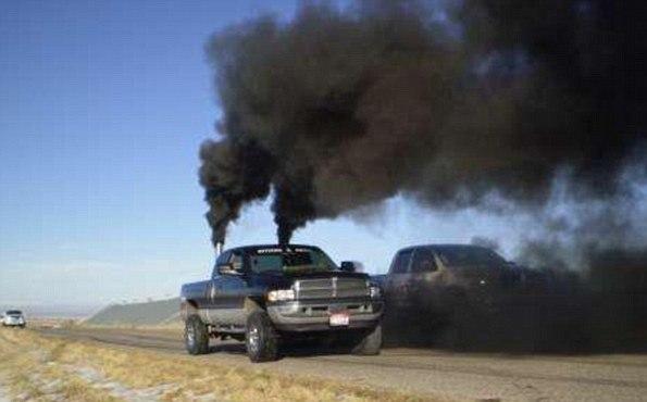 """Vissa bygger om sina bilar så att de ska släppa ut så mycket som möjligt, enligt en artikel i brittiska Daily Mail: """"Black-smoke-belching pick-ups built by anti-environmentalists who are 'rolling coal'"""""""