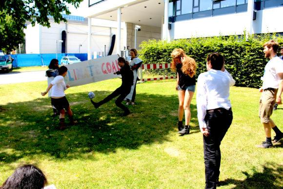 """Under klimatförhandlingarna i Bonn 2014 ordnade ungdomsorganisationer en fotbollsmatch mellan """"Team Carbon"""" och """"Team Net Zero"""" för att visa var valet mellan en fossilberoende värld och en ren, rättvis och hälsosam värld bör hamna. Bild: Adopt A Negotiator (CC BY-ND 2.0)"""
