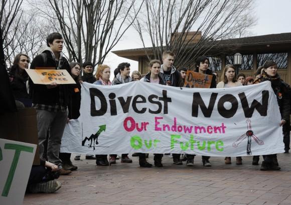 Studenter i USA kräver att deras universitet avinvesterar från fossil energi. Källa: Wikipedia