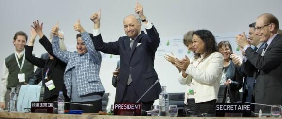 Jublande mötesledare på klimatmötet COP21 när Parisavtalet just beslutats.