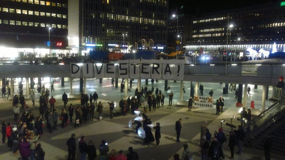 Kampanj på Sergels torg i Stockholm för att få Stockholms stad att divestera från fossil energi. Bildkälla: 350.org
