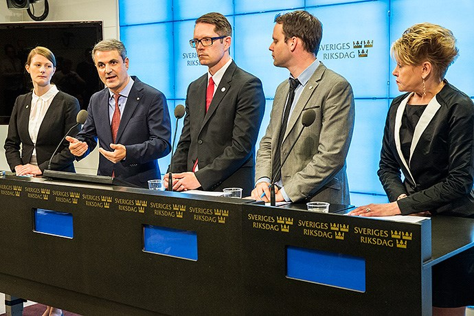 Lise Nordin (MP), Ibrahim Baylan (S), Lars Hjälmered (M), Rickard Nordin (C) och Penilla Gunther (KD) presenter energiöverenskommelsen. Bild: Ninni Andersson/Regeringskansliet