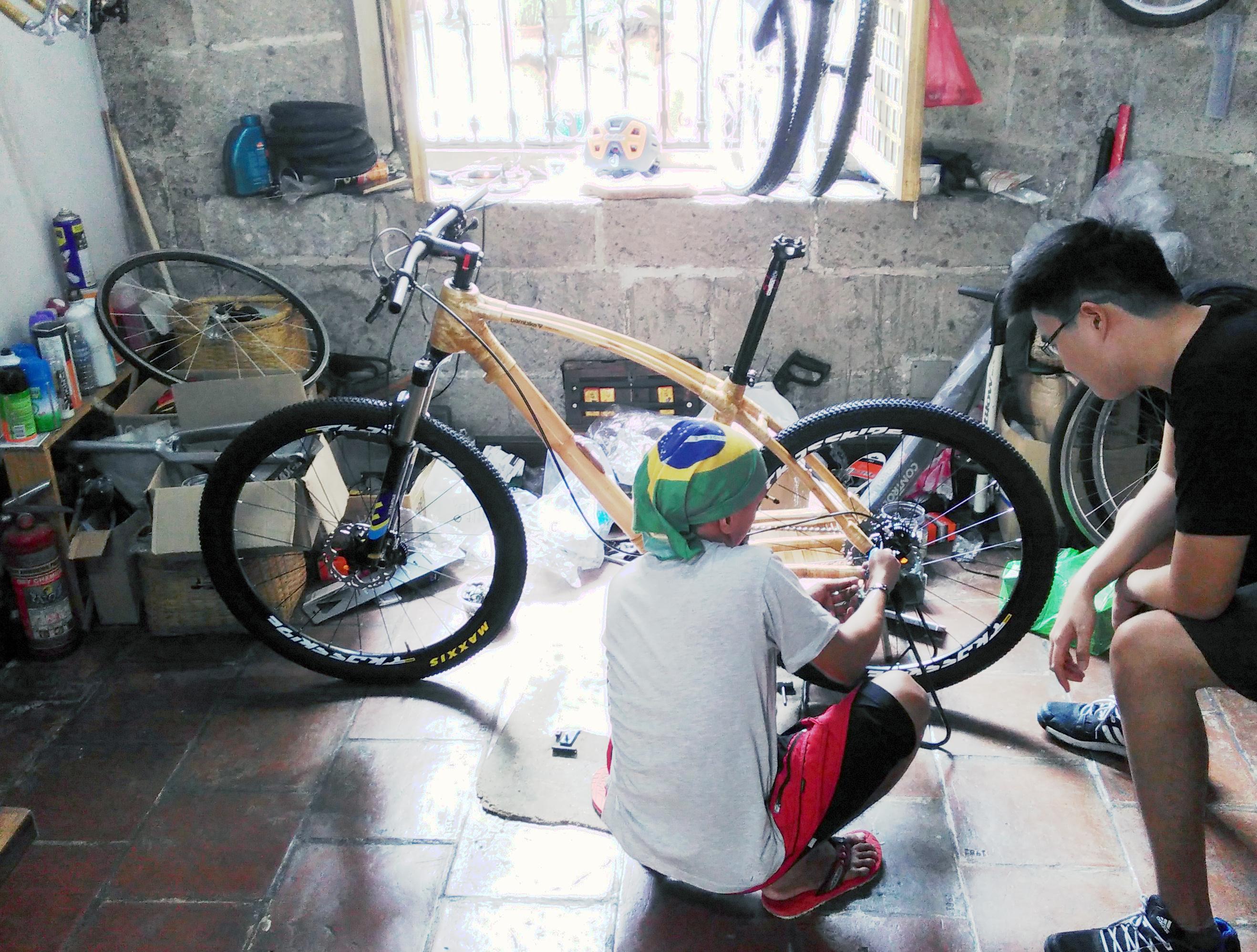 En framkantig cykel av bambu? I Manila kan man se staden på guidade visningar på nybyggda bambucyklar. Bild: Petter Lydén