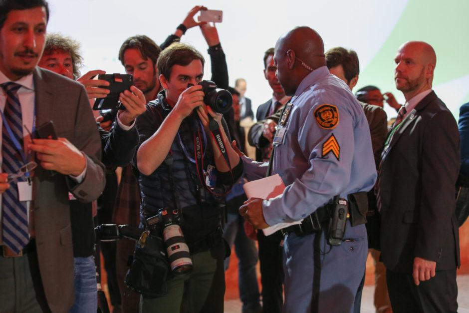 FNs säkerhetsvakter hanterar pressfotografer under COP21. Bild: IISD/ENB | Kiara Worth