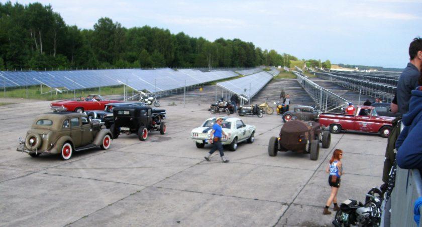 Elproduktion med solceller på ett nedlagt flygfält i Tyskland - där det även hålls dragrace...