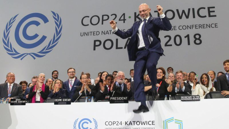 """Michał Kurtyka, ordförande för COP24, hoppar av glädje när """"Katowice Climate Package"""" beslutades på COP24 i Polen."""